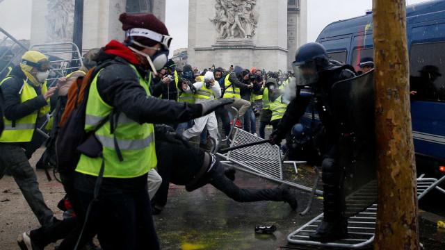 Nova manifestação em Paris deixa 20 feridos e 120 detidos