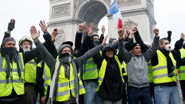 Governo francês suspende reajuste de combustíveis por seis meses