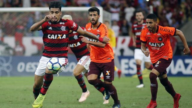 Atlético-PR vira sobre o Flamengo no Maracanã lotado