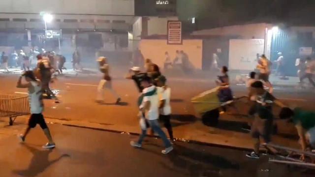 Torcedores e policiais entram em confronto após festa do Palmeiras