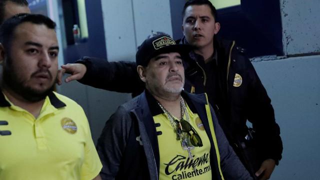 Após perder final, Maradona tenta agredir torcedores rivais