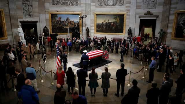 Corpo de George H. W. Bush é velado em Washington