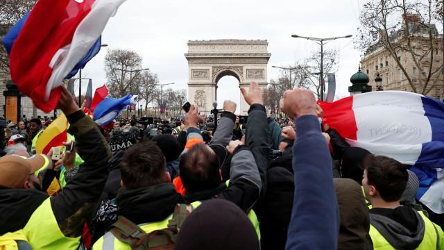 Coletes amarelos voltam a protestar na França; mais de 900 são detidos