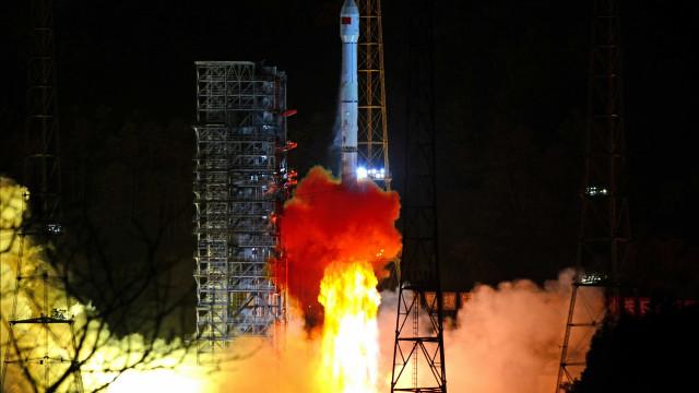 China lança 1ª missão para explorar lado oculto da Lua