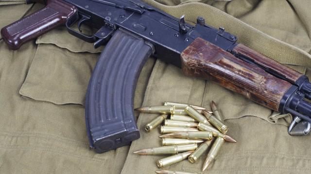 Casal é preso com fuzil AK-47 e mais de R$ 130 mil em SP