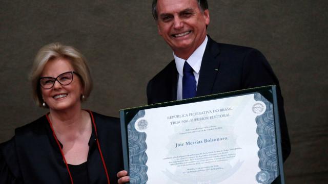 Bolsonaro leva pastor ao TSE, promove oração e causa constrangimento