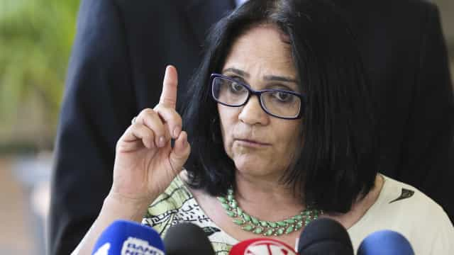 'Sou a favor da educação sexual', diz ministra Damares Alves