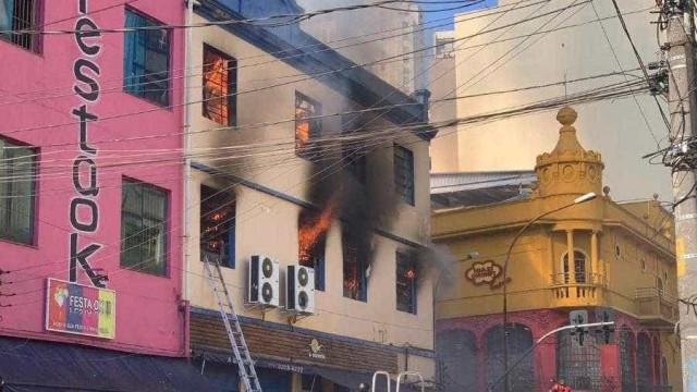 Incêndio atinge prédio na região da 25 de Março