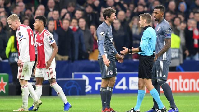 Em jogo com 'voadora' de Müller, Bayern e Ajax empatam na Holanda