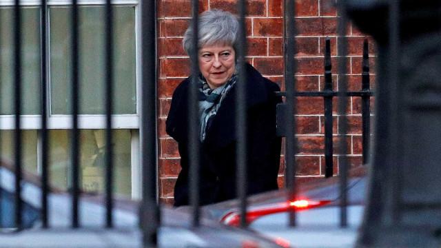 May evita demissão precoce, mas sua gestão e 'brexit' seguem por um fio