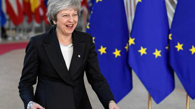 Após ganhar sobrevida, May vai a Bruxelas revisar Brexit