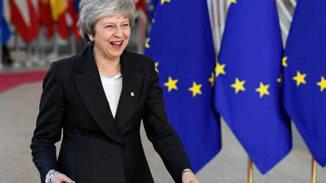 Após ganhar sobrevida, May vai a Bruxelas revisar 'brexit'