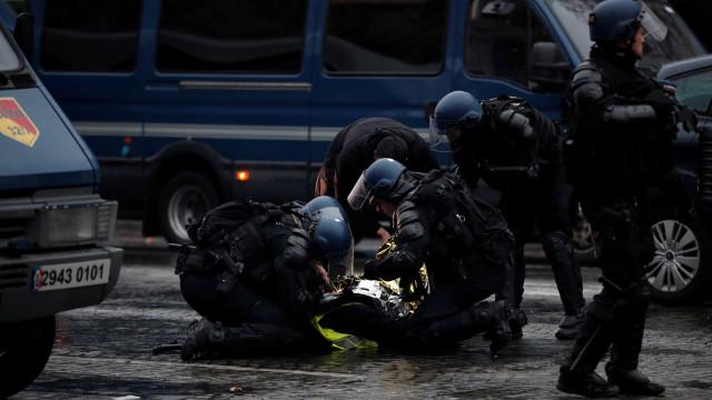 Coletes amarelos: mais de 150 são detidos e cinco ficam feridos
