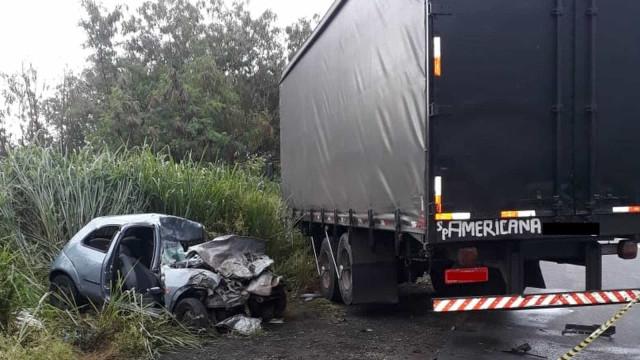 Mulher morre após carro bater de frente com caminhão em Americana