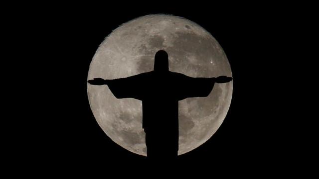 Falha deixa Cristo Redentor às escuras na noite deste domingo
