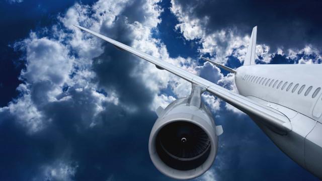 Avião faz pouso de emergência após relato de homem armado a bordo