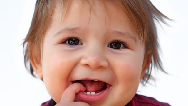 Gel usado para aliviar dor da dentição nos bebês pode ser perigoso