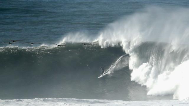 Costa da Califórnia é atingida por ondas gigantes; vídeo