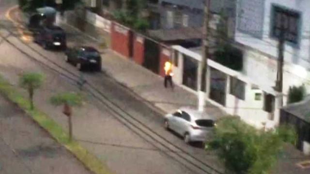 Homem ateia fogo em morador de rua após acusá-lo de roubo em SP; vídeo
