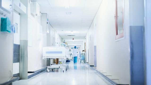 Paciente desmaia ao receber 'mata-leão' de segurança em hospital no Rio