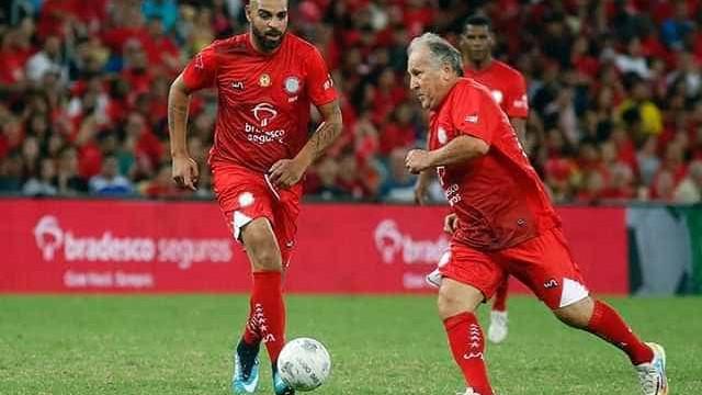 Zico atrai 48 mil ao Maracanã e brilha com 2 gols no Jogo das Estrelas