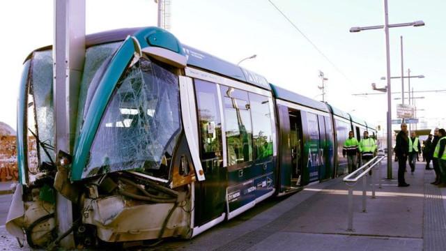 Trem elétrico se choca com poste e quatro ficam feridos em Barcelona