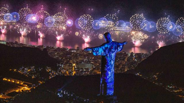 Homem filma momento em que é roubado ao mostrar queima de fogos no Rio