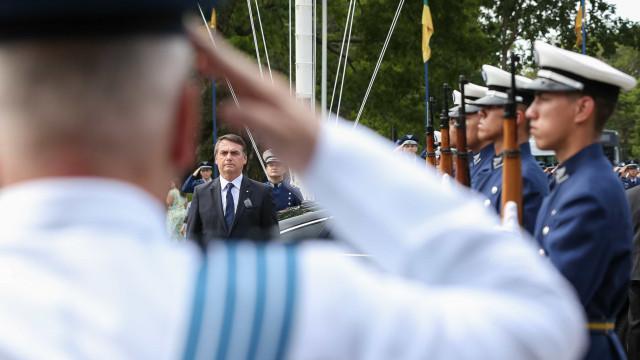 Oferta de Bolsonaro aos EUA gera críticas entre militares
