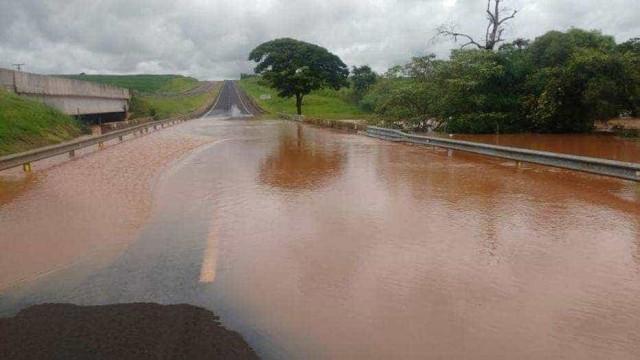 Barragem de represa rompe e causa interdição da rodovia Raposo Tavares