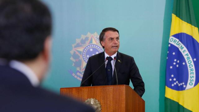 Após facilitar posse de arma, Bolsonaro prevê viabilizar porte