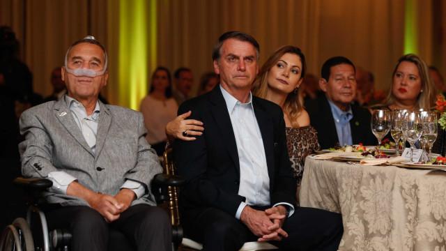 Bolsonaro e Moro são tietados em festa do Exército