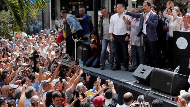 Chefe do Legislativo declara-se presidente interino da Venezuela