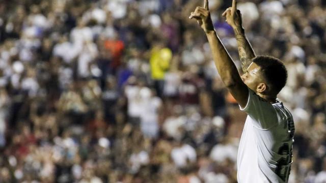 Corinthians sofre, mas derrota o Red Bull e vai às oitavas
