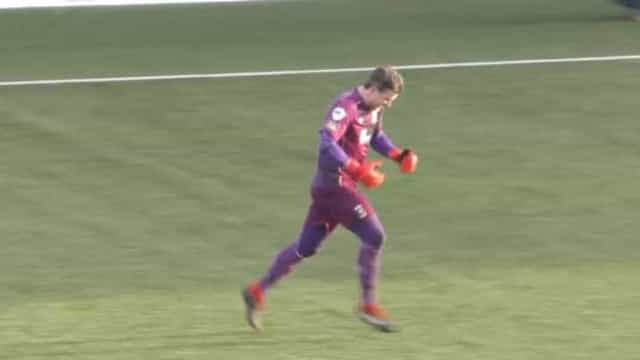 Incrível: goleiro faz gol de antes do meio de campo. Veja como foi
