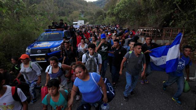 Hondurenhos enfrentam obstáculos para passagem de caravana