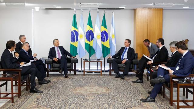 Ao lado de Bolsonaro, Macri diz que Maduro é ditador
