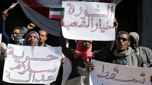 Há três décadas no poder, ditador do Sudão é alvo de protestos