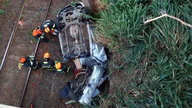 Casal de namorados morre após carro despencar em viaduto