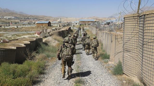 Ataque do Talibã mata 126 pessoas em centro militar no Afeganistão