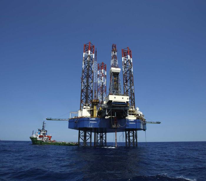 Petróleo sobe com confiança renovada sobre cortes da Opep