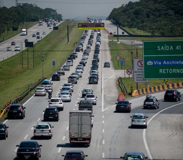 Estradas paulistas têm lentidão na volta do feriado
