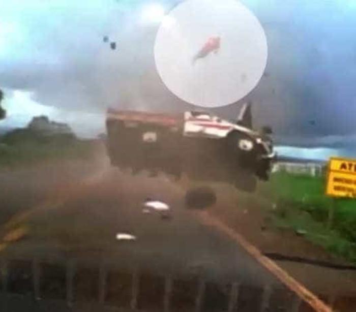 Homem é arremessado de caminhonete em capotamento; assista