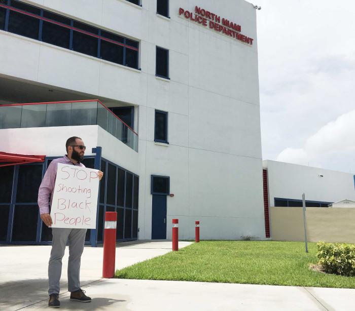 Polícia atira em homem negro desarmado e rendido em Miami