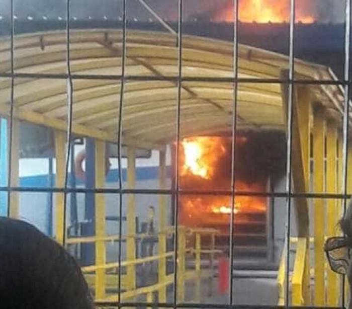 Embarcação da Dersa pega fogo em Guarujá, SP, e assusta passageiros