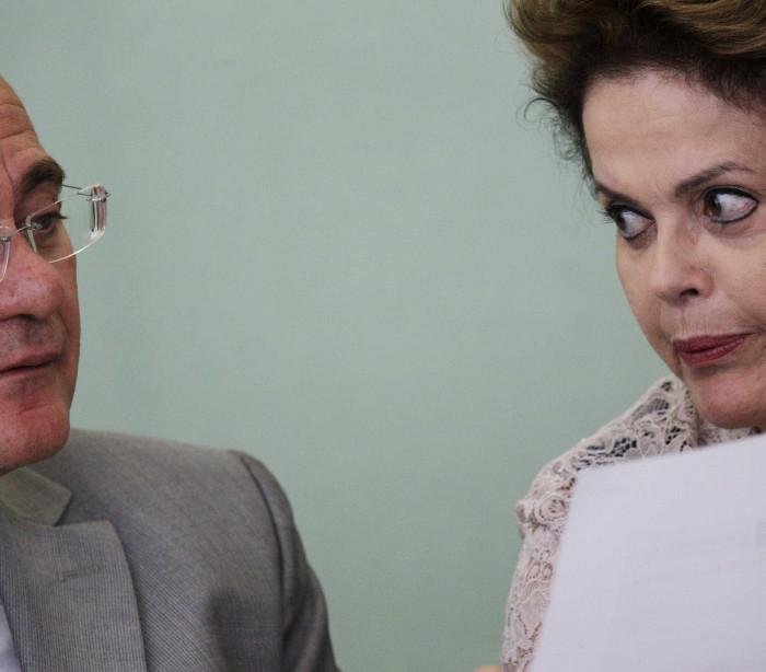 Preparação: Dilma anota perguntas que  senadores fizeram a testemunhas