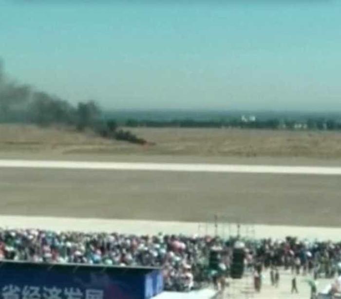 Avião cai durante show aéreo na China; assista