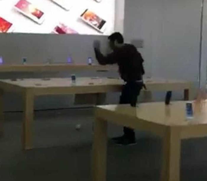 Homem destrói dezenas de aparelhos em loja da Apple na França; veja