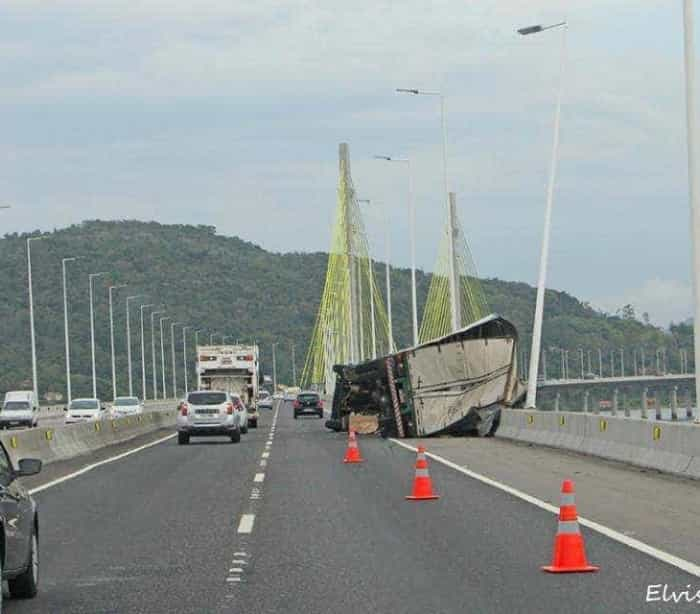 Veja momento em que caminhão tomba em ponte durante temporal em SC