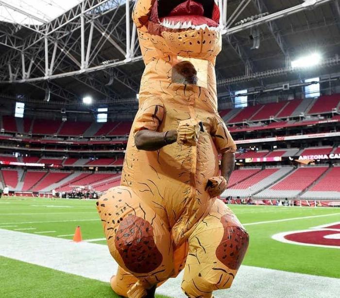 Jogador da NFL perde aposta e treina fantasiado de dinossauro; veja!