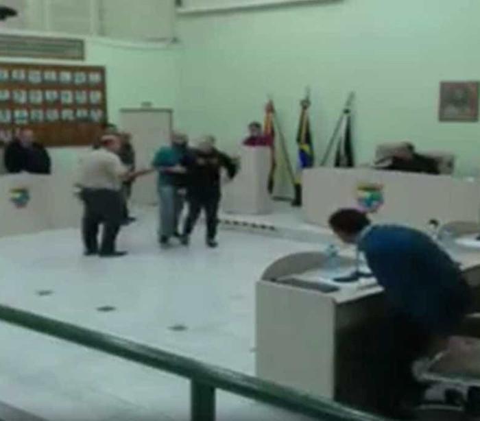 Parlamentares trocam socos em sessão da Câmara; Veja!